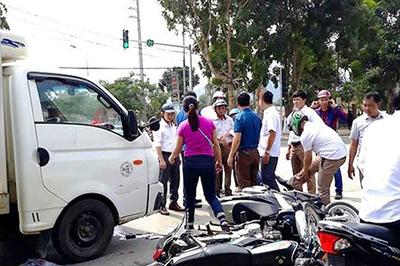 Xe tải tông loạt xe máy chờ đèn đỏ, 3 người đi cấp cứu