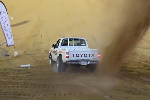 Đua ô tô trên đồi cát, động cơ bốc cháy ngùn ngụt