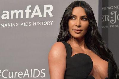 Kim 'siêu vòng 3' lộ ngực vì mặc váy hớ hênh