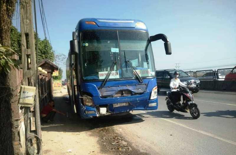 Thanh Hóa: Xe khách húc văng ô tô 7 chỗ biển xanh, 3 người chết