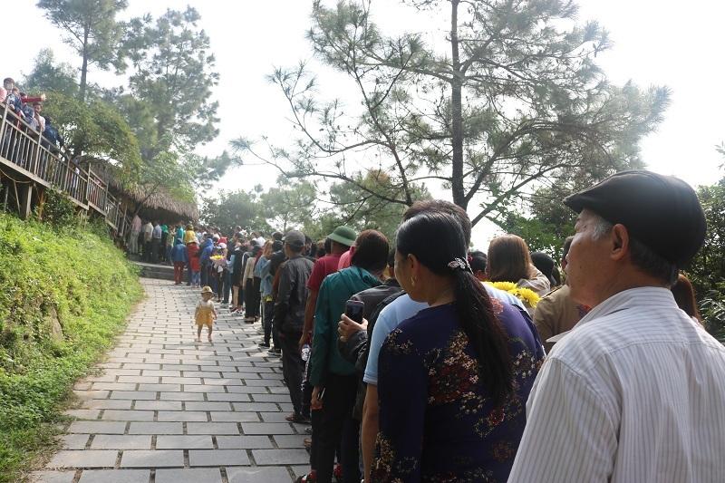 Dòng người đội nắng viếng mộ Đại tướng ở Vũng Chùa