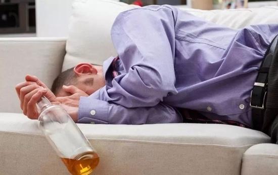 Uống hơn 7 chai rượu, người đàn ông vỡ bàng quang phải nhập viện