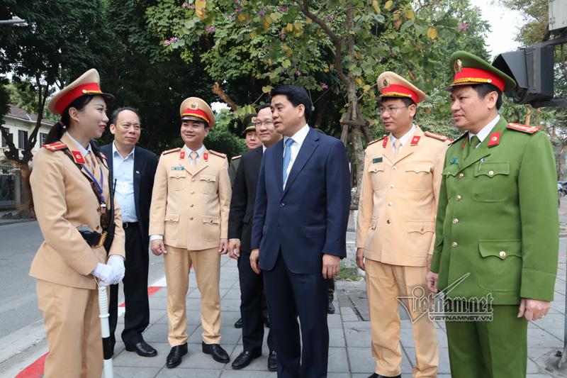 Chủ tịch TP Hà Nội lì xì cho cảnh sát giao thông đầu năm