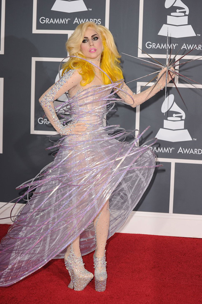 Những bộ cánh gây xôn xao thảm đỏ Grammy qua các năm