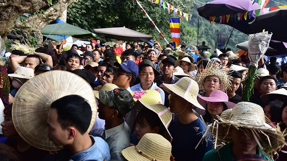 Biển người chen lấn đổ về chùa Hương trước ngày khai hội