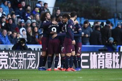 """Hạ Huddersfield, Arsenal khiến Chelsea """"lạnh gáy"""""""
