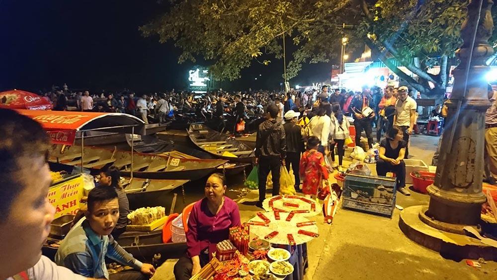 Hàng chục ngàn người ken đặc chùa Hương, soi đèn đi đò xuyên đêm
