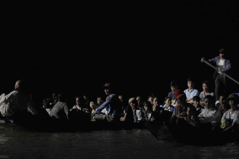 Hàng chục ngàn người ken đặc chùa Hương, soi đèn xuyên đêm qua