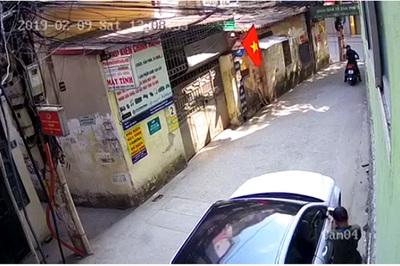 Trộm bẻ cặp gương xe Mercedes trong nháy mắt giữa Hà Nội