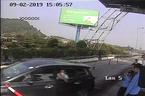 Nữ tài xế lao gãy cọc trạm thu phí Bến Thủy trốn vé