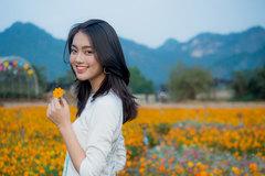 Vẻ đẹp tinh khôi của thiếu nữ tại thung lũng hoa Bái Đính