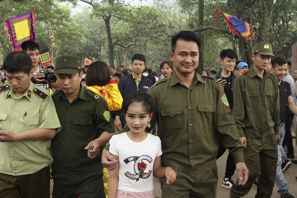 Sợ cướp hội đền Gióng: Trai tráng  bảo vệ 'Tướng bà' 11 tuổi
