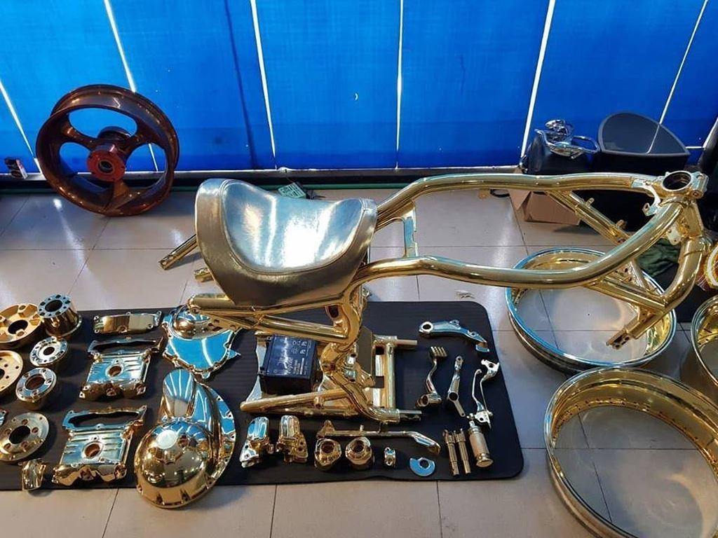 Đại gia Phúc XO: Đeo dây chuyền vàng 13kg, chơi 3 xe máy mạ vàng hiếm có