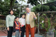 Cuộc sống hạnh phúc của cặp vợ chồng Việt cách nhau 53 tuổi