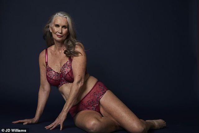 Người mẫu tuổi 59 tự tin chụp hình thời trang gợi cảm đón Valentine