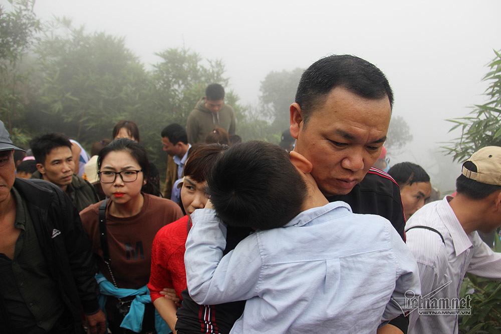 Yên Tử ken đặc người từ bến xe tới đỉnh chùa Đồng