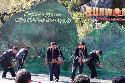 Đắm say lễ hội khèn hoa xuân nơi 'cổng trời' Fansipan