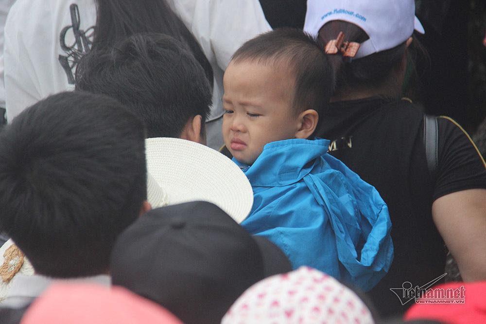 Trẻ nhỏ vạ vật phờ người theo bố mẹ leo đỉnh Yên Tử