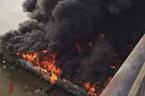 Nhà hàng nổi bốc cháy ngùn ngụt, cột khói đen kịt mặt sông Lô