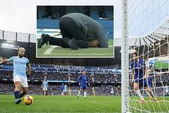 Pep đập đầu xuống sân vì pha bỏ lỡ khó tin của Aguero