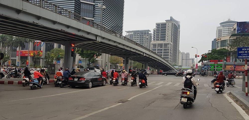Lạ kỳ phố Hà Nội vắng hắt hiu ngày đầu đi làm sau Tết