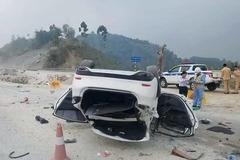 Ô tô ngửa bụng trên cao tốc Hà Nội - Lào Cai, 3 người gặp nạn