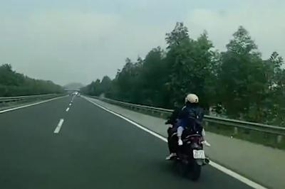 Xe máy ngang nhiên phóng trên cao tốc Hà Nội - Ninh Bình