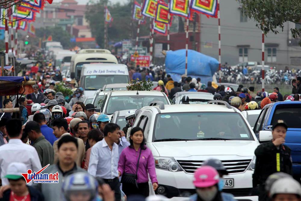 Vạn người đi chợ Viềng, ngàn ô tô, xe máy tắc cứng giữa đường