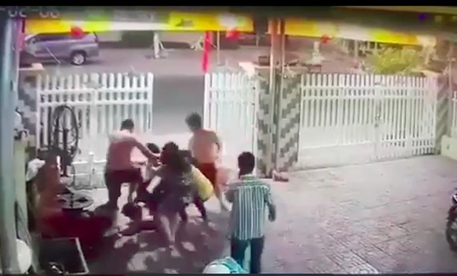 2 công an say xỉn đánh người dân sụp sống mũi