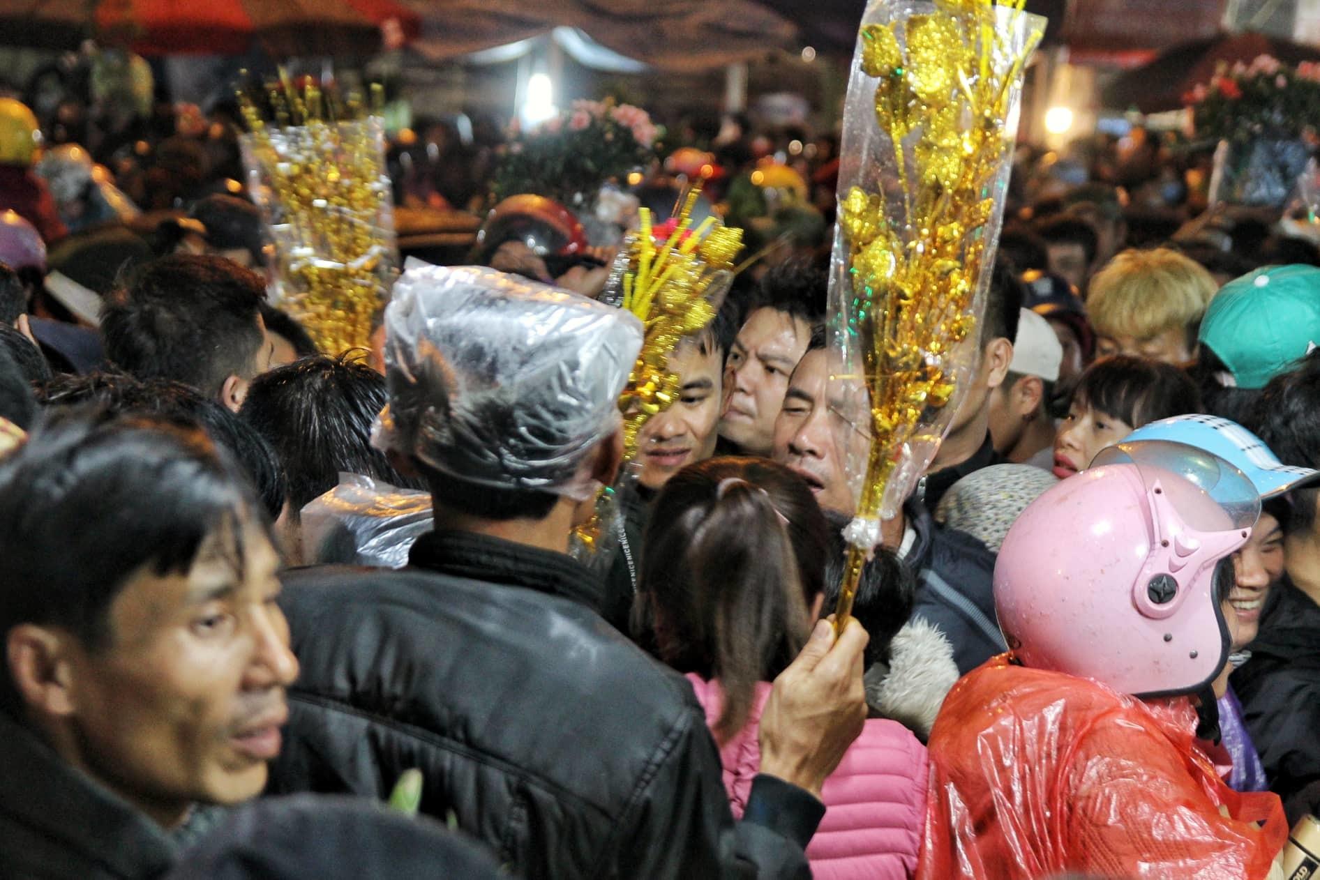 Nửa đêm chợ Viềng vỡ trận, chen nhau ngộp thở hít hơi nhau thoát tắc