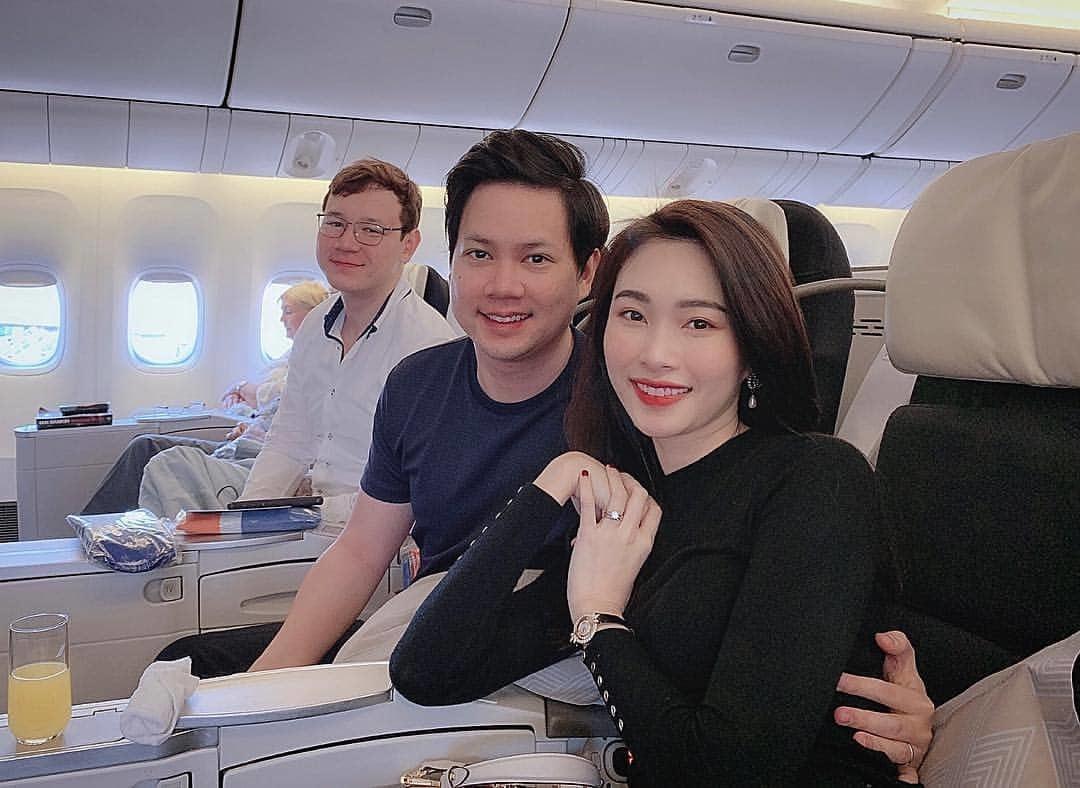 Vợ chồng hoa hậu Thu Thảo ngọt ngào bên nhau đi chơi đầu năm mới