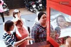 Bỏ tiền xu lấy thẻ xăm bằng máy tự động: Người Sài Gòn nườm nượp 'xem quẻ' đầu năm