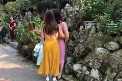 Cô gái khiến người nhìn shock nặng vì khoảnh khắc hở tấm lưng trần khi đi lễ chùa đầu năm