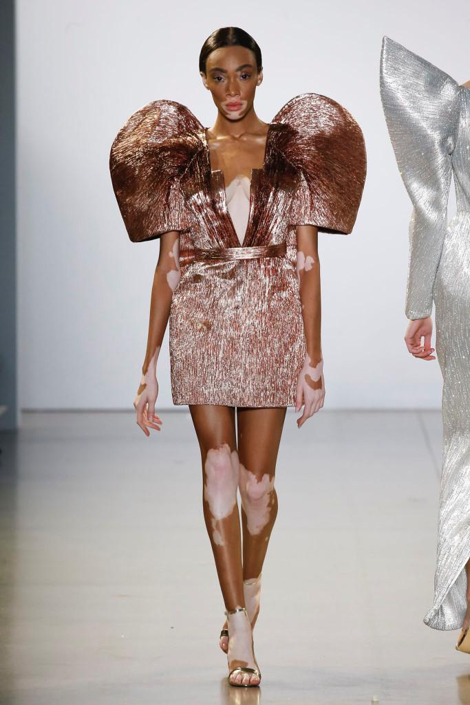 Dàn mẫu Victoria's Secret diễn show Công Trí tại New York Fashion Week