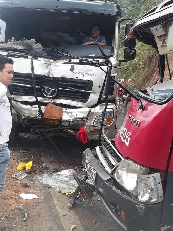 Xe khách lại đấu đầu xe tải, phá cửa cứu 6 người bị thương nặng