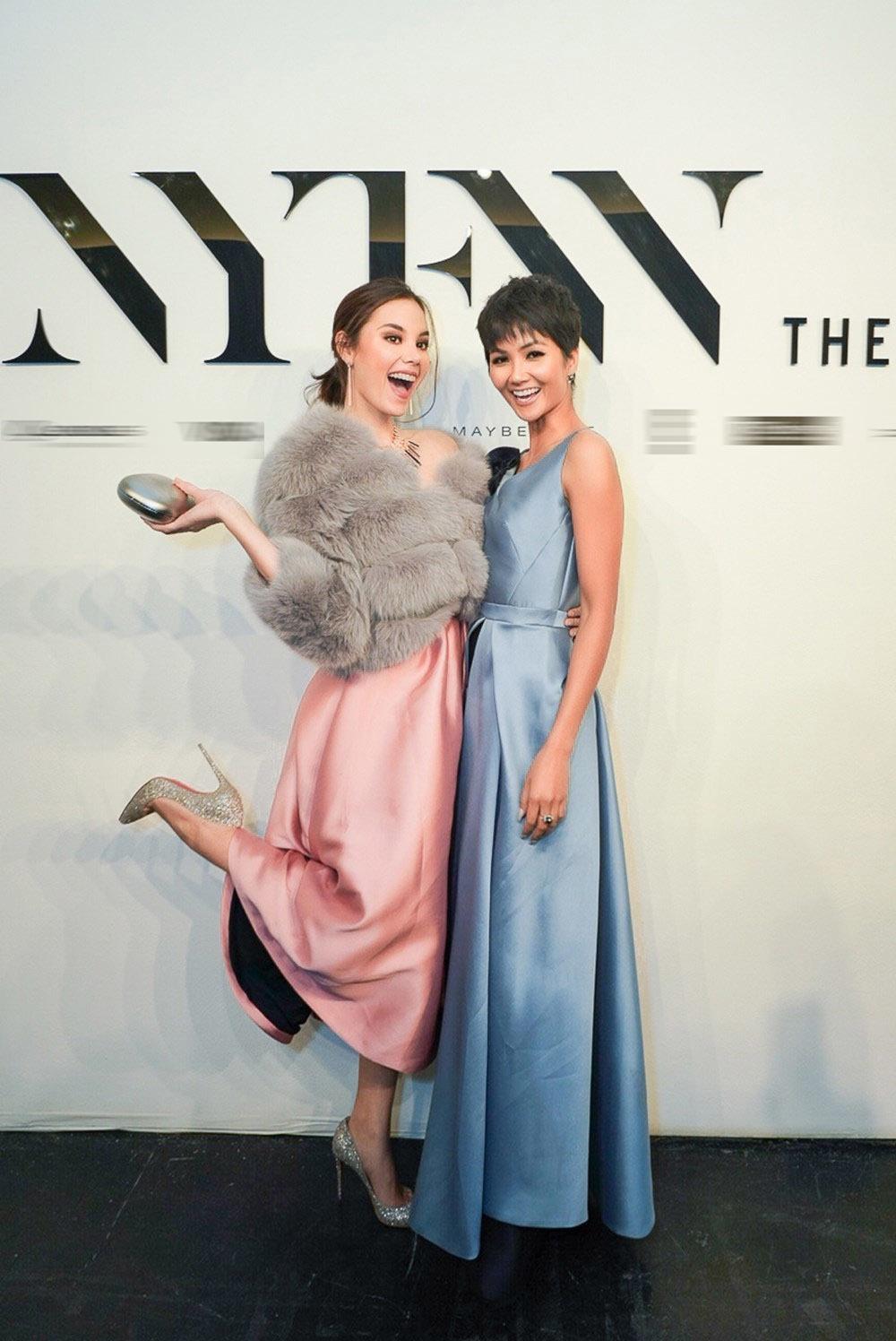 H'Hen Niê và Hoa hậu Hoàn vũ Catriona Gray thân thiết bên nhau ở New York