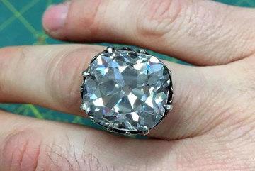 Mua chiếc nhẫn cũ 33 năm trước, bất ngờ bán được 22,4 tỷ đồng