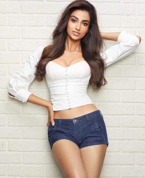 Sắc vóc vạn người mê của Hoa hậu Ấn Độ đẹp nhất thế giới 2018