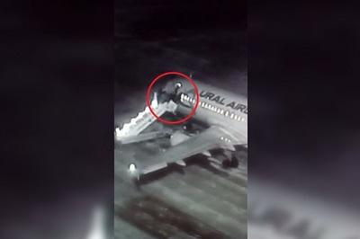 Thang máy bay bị sập, khách lộn nhào xuống đường băng