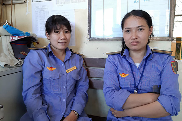 Bộ trưởng GTVT khen 2 nữ nhân viên gác chắn cứu cụ bà trước đầu tàu hỏa