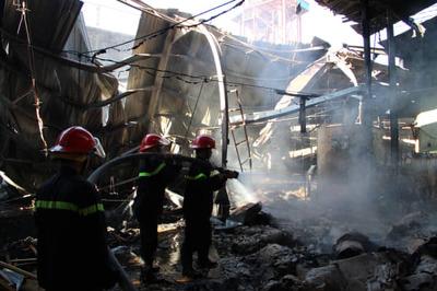 Công ty gỗ cháy nghi ngút ngày làm việc đầu năm