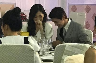 Á hậu Phương Nga vui vẻ ngồi ăn tiệc bên 'tình tin đồn' Bình An