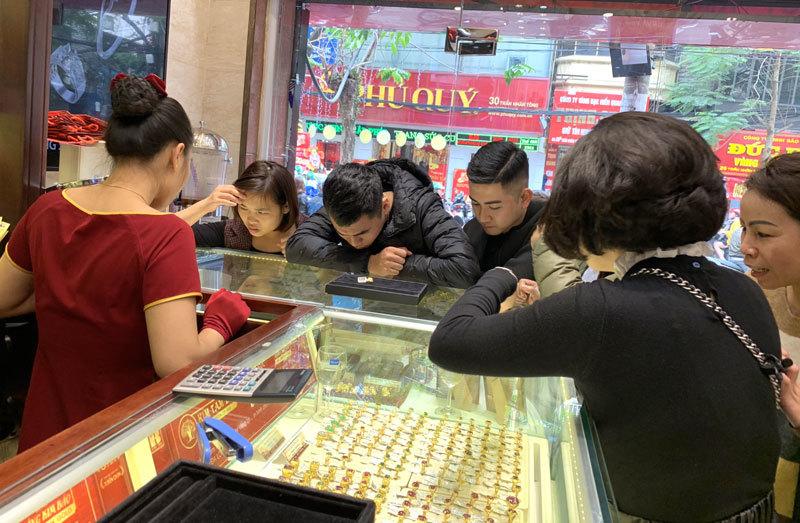 Kéo nhau đi mua vàng sớm, nhà buôn 'cháy hàng' trước vía Thần Tài