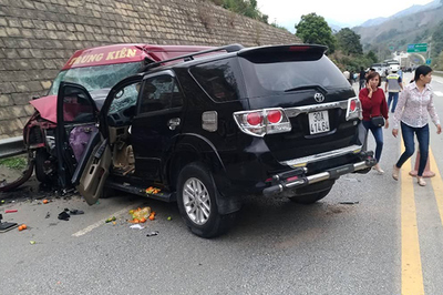 2 ô tô tông nhau trên cao tốc Nội Bài - Lào Cai, 9 người đi cấp cứu