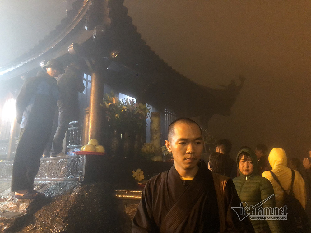 Nườm nượp du khách phơi sương xuyên đêm lễ chùa ở Yên Tử