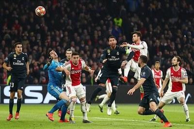 Được VAR cứu, Real rộng cửa vào tứ kết Champions League