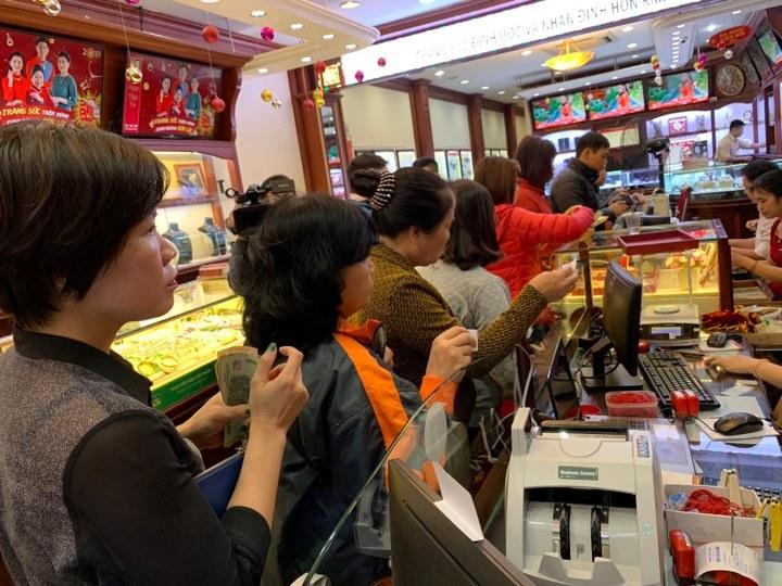 Giá vàng hôm nay 12/4: Áp lực từ USD, vàng giảm giá
