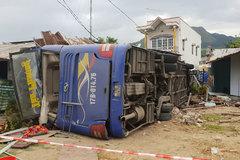 Nha Trang: Xe khách tông vào nhà dân, hàng chục người cấp cứu
