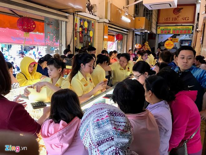 Chen nhau mua vàng trong ngày vía thần tài