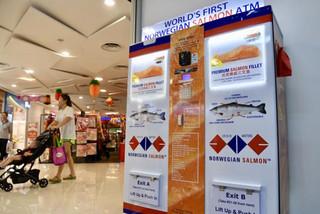 ATM rút ra cá hồi đầu tiên trên thế giới tại Singapore